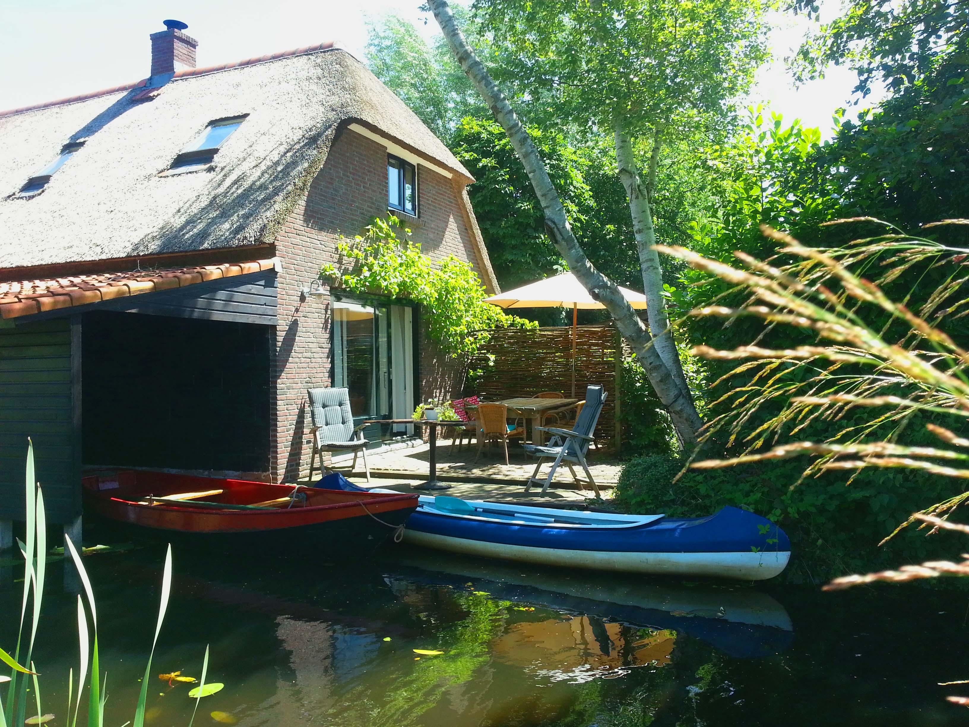 terras aan het water Giethoorn vakantiehuis